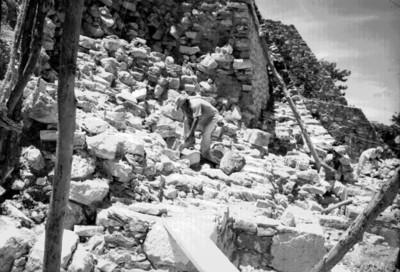 Trabajadores retiran piedras durante la restauración del Templo de las Inscripciones