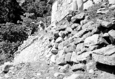 Trabajadores realizan obras de restauración en las escaleras del Templo de las Inscripciones