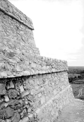 Muro del Templo de las Inscripciones restaurado, vista parcial