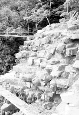 Muro del Templo de las Inscripciones antes de ser restaurado, vista parcial