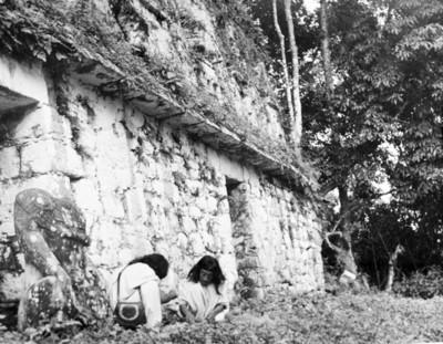 Hombres frente a un accesos del edificio 33 de Yaxchilán, reprografía