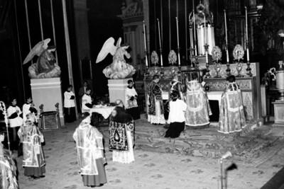 Jerarcas eclesiásticos ofician ceremonia religiosa