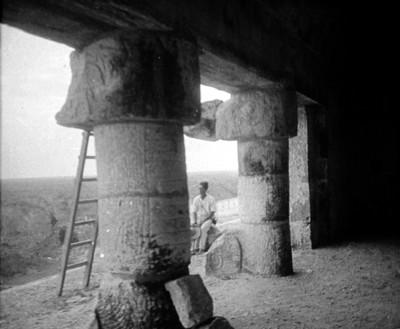 Hombre sentado junto a columna del Templo de los Jaguares