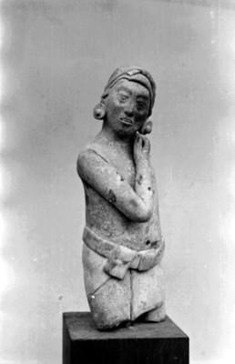 Figurilla antropomorfa masculina de Jaina, vista frontal