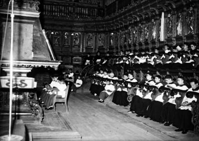 Obispos, sacerdotes y monaguillos en la celebración de una ceremonia religiosa en la Catedral