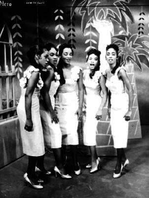 Hermanas Benítez cantando en un programa de la XEW- TV Canal 2