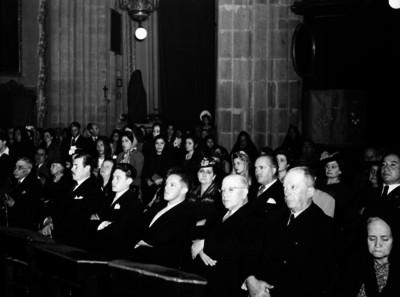 Feligreses durante ceremonia religiosa en una iglesia