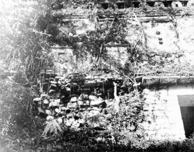 Fachada del Edificio 33 antes de su reconstrucción, Yaxchilán
