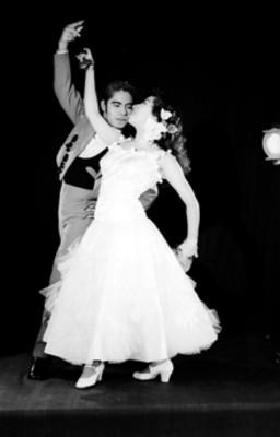 Rosalia y Norberto, en posición de danza