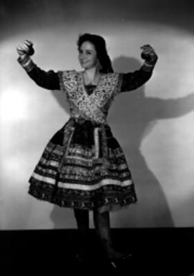 Rosita Romero, con traje folclórico
