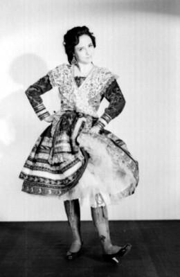 Rosita Romero con traje regional