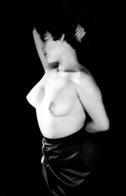 Mujer con brazo en la nuca