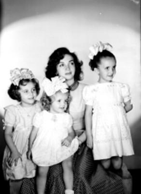 Lilia Michel, actriz, acompañada de tres niñas, retrato de grupo