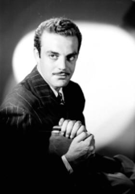 Eduardo Fajardo, actor, porta saco a rayas, retrato