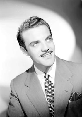 Eduardo Fajardo, actor, sonríe, retrato