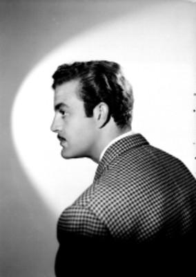 Eduardo Fajardo, actor, con saco a cuadros, retrato de espaldas y de perfil