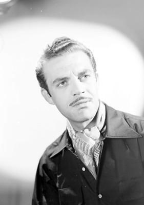 Eduardo Fajardo, actor, viste chaqueta con gashné, retrato