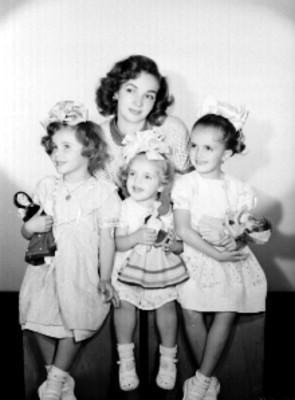 Lilia Michel, actriz, con niñas, retrato de grupo