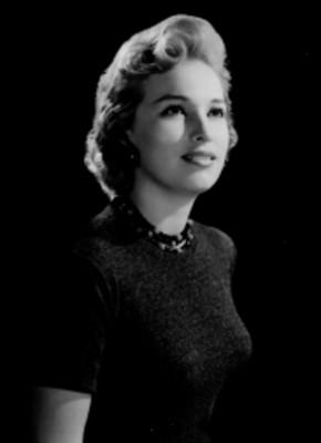 Luz María Aguilar, actriz, porta blusa de tejido, retrato