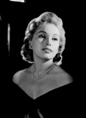 Luz María Aguilar, actriz, porta vestido con escote en los hombros, retrato