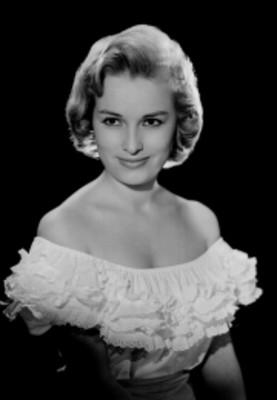 Luz María Aguilar, actriz, porta vestido con olanes en el escote, retrato