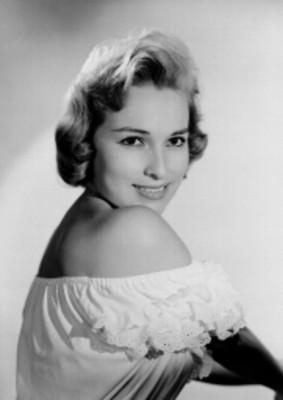 Luz María Aguilar, actriz, porta vestido con olanes en el escote, sonríe, retrato