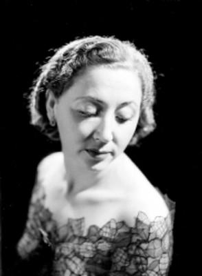Eva Calvo, actriz, porta vestido con escote en los hombros, retrato