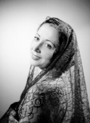 Eva Calvo, actriz, con velo sobre la cabeza, retrato