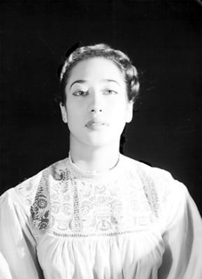 Alma Rosa Martínez, bailarina, porta blusa bordada, retrato