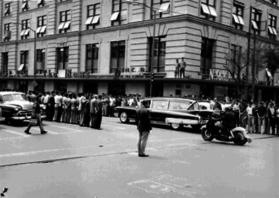 Cortejo fúnebre acompañando a Ramón Beteta en su sepelio, pasando frente al edificio de Novedades