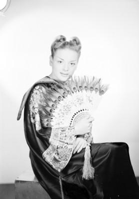 Hilda Seagle, esposa de Fu-Manchú, con abanico en mano, retrato