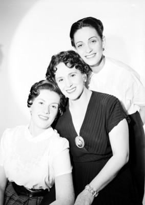 María Teresa Montoya con sus hijas, retrato de grupo
