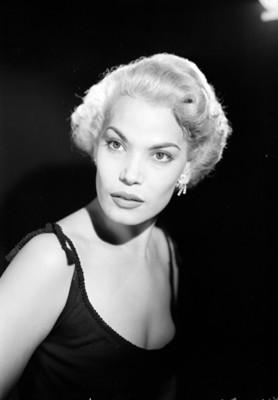 Eva Martín, actriz, con vestido de tirantes, retrato