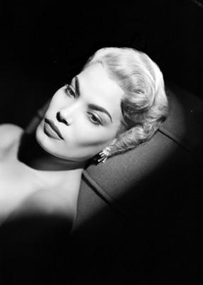 Eva Martín, actriz, recostada sobre un sillón, retrato