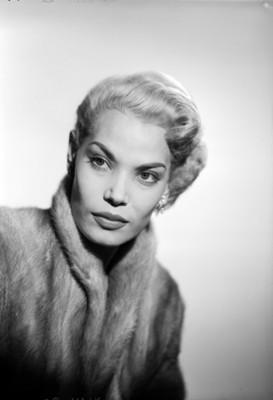 Eva Martín, actriz, porta abrigo de piel, retrato