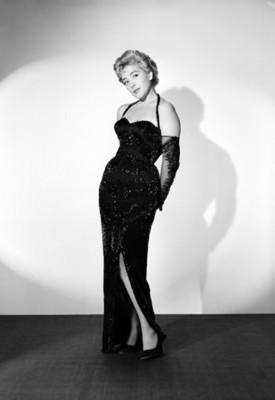 Silvia Pinal, actriz, porta vestido largo y estraple, retrato de cuerpo completo