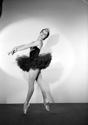 Lupe Serrano, bailarina, de pie en puntas, retrato