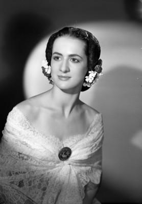 Lupe Serrano, bailarina, con los hombros desnudos, sonríe, retrato