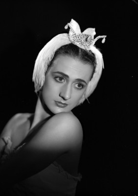 Lupe Serrano, bailarina, con los hombros desnudos, retrato