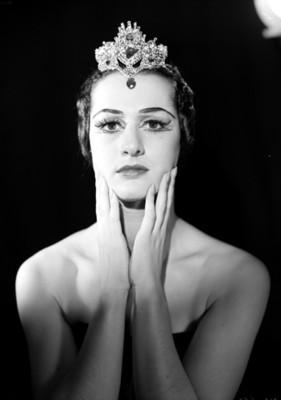 Lupe Serrano, bailarina, con las manos en sus mejillas, retrato