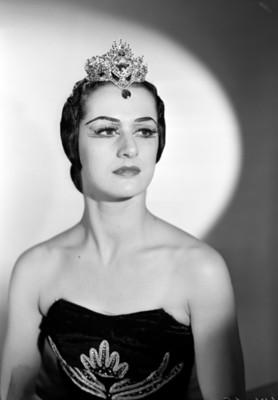 Lupe Serrano, bailarina, porta vestido estraple y corona en la cabeza, retrato