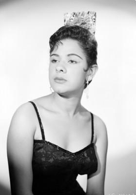 Cristina Aguirre, bailarina, con vestido estilo flamenco y peineta sobre la cabeza, retrato