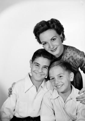 Marga López abraza sus hijos Carlos Amador y Manuel, retrato
