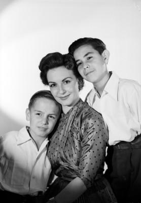 Marga López acompañada de sus hijos Carlos Amador y Manuel, retrato