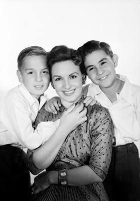 Marga López es abrazada por sus hijos Carlos Amador y Manuel, retrato