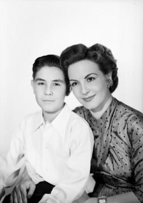 Marga López acompañada de su hijo Carlos Amador, retrato