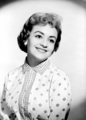 María Eugenia Ríos, actriz, porta blusa con estampado en grecas, retrato