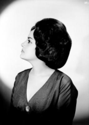 María Eugenia Ríos, actriz, porta vestido con escote al frente, retrato de perfil