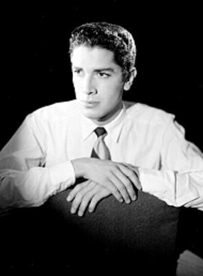 José Mendoza, actor, recargado en un sillón, retrato