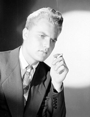 Victor Morrow, actor, con cigarro en mano, retrato